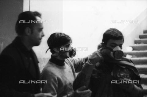 DAA-S-085671-0016 - Alluvione di Firenze del 4 novembre 1966: volontari con maschere durante il recupero dei libri alluvionati della Biblioteca Nazionale - Data dello scatto: 06-08/11/1966 - Dufoto / Archivi Alinari