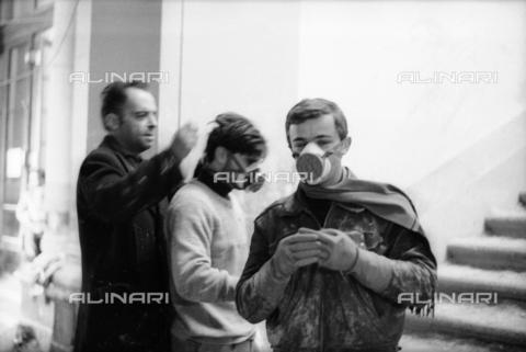 DAA-S-085671-0017 - Alluvione di Firenze del 4 novembre 1966: volontari con maschere durante il recupero dei libri alluvionati della Biblioteca Nazionale - Data dello scatto: 06-08/11/1966 - Dufoto / Archivi Alinari