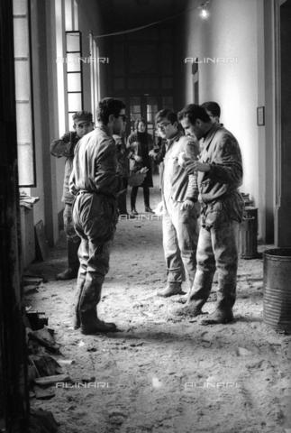 DAA-S-085671-0018 - Alluvione di Firenze del 4 novembre 1966: soldati e volontari durante il recupero dei libri alluvionati della Biblioteca Nazionale - Data dello scatto: 06-08/11/1966 - Dufoto / Archivi Alinari