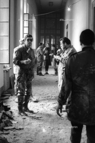 DAA-S-085671-0019 - Florence flood of November 4, 1966: soldiers and volunteers during the recovery of flood-damaged books of the National Library - Data dello scatto: 06-08/11/1966 - Dufoto / Alinari Archives