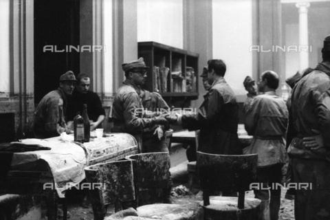 DAA-S-085671-0020 - Alluvione di Firenze del 4 novembre 1966: soldati e volontari durante il recupero dei libri alluvionati della Biblioteca Nazionale - Data dello scatto: 06-08/11/1966 - Dufoto / Archivi Alinari