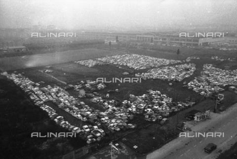 DAA-S-086363-0001 - Alluvione di Firenze del 4 novembre 1966: parco macchine alluvionato - Data dello scatto: 06-08/11/1966 - Dufoto / Archivi Alinari
