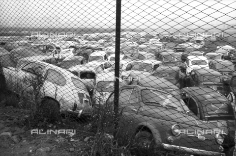 DAA-S-086363-0002 - Alluvione di Firenze del 4 novembre 1966: parco macchine alluvionato - Data dello scatto: 06-08/11/1966 - Dufoto / Archivi Alinari