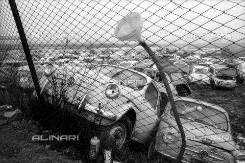DAA-S-086363-0003 - Alluvione di Firenze del 4 novembre 1966: parco macchine alluvionato - Data dello scatto: 06-08/11/1966 - Dufoto / Archivi Alinari