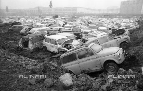DAA-S-086363-0004 - Alluvione di Firenze del 4 novembre 1966: parco macchine alluvionato - Data dello scatto: 06-08/11/1966 - Dufoto / Archivi Alinari
