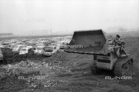 DAA-S-086363-0005 - Alluvione di Firenze del 4 novembre 1966: una ruspa al lavoro in un parco macchine alluvionato - Data dello scatto: 06-08/11/1966 - Dufoto / Archivi Alinari