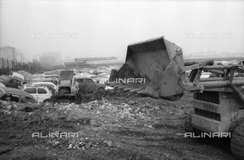 DAA-S-086363-0006 - Alluvione di Firenze del 4 novembre 1966: una ruspa al lavoro in un parco macchine alluvionato - Data dello scatto: 06-08/11/1966 - Dufoto / Archivi Alinari