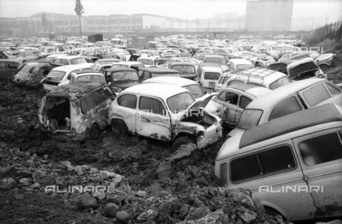 DAA-S-086363-0007 - Alluvione di Firenze del 4 novembre 1966: parco macchine alluvionato - Data dello scatto: 06-08/11/1966 - Dufoto / Archivi Alinari