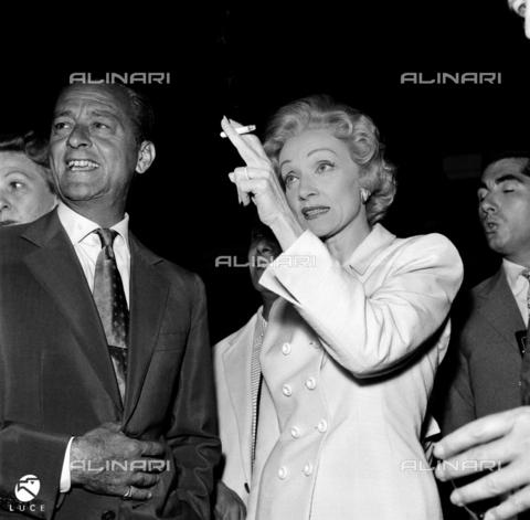 DAD-S-000052-0012 - Marlene Dietrich durante un cocktail insieme ad altri ospiti. L'attrice ha tra le dita una sigaretta accesa - Data dello scatto: 1950-1955 - Istituto Luce/Gestione Archivi Alinari, Firenze