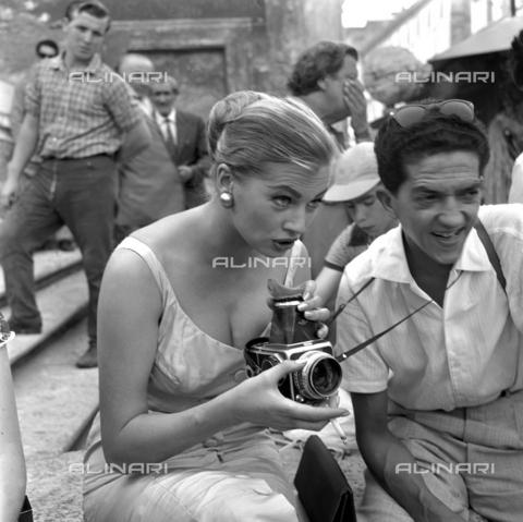 DAD-S-000054-0017 - Anita Ekberg durante un servizio fotografico a piazza di Spagna - Istituto Luce/Gestione Archivi Alinari, Firenze