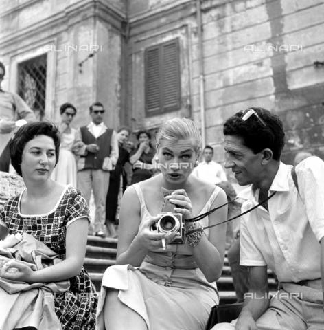 DAD-S-000054-0024 - Anita Ekberg durante un servizio fotografico a piazza di Spagna - Istituto Luce/Gestione Archivi Alinari, Firenze