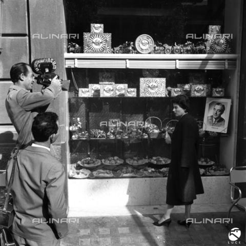 """DAD-S-000096-0047 - Silvana Mangano a Palermo per la """"Giornata del Cinema Italiano"""" davanti alla vetrina di un negozio - Data dello scatto: 1954 ca. - Istituto Luce/Gestione Archivi Alinari, Firenze"""