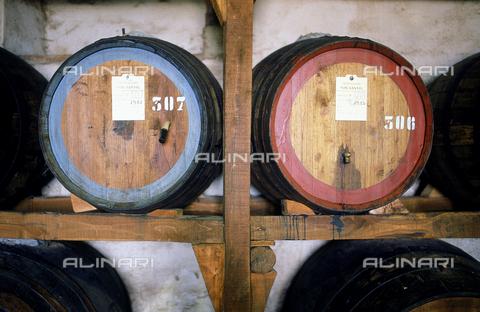 DAL-F-000274-0000 - Due caratelli per l'invecchiamento del vinsanto, nella cantina della fattoria di Montagliari nel Chianti. - Data dello scatto: 1987 - Archivi Alinari, Firenze