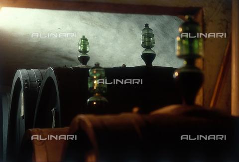 DAL-F-000275-0000 - Strumenti in vetro per il controllo della vinificazione, collocati su botti nelle cantine della fattoria di Montagliari nel Chianti. - Data dello scatto: 1987 - Archivi Alinari, Firenze
