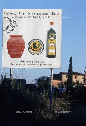DAL-F-000542-0000 - Cartellone pubblicitario del Consorzio Olio Extra Vergine di Oliva della zona del Chianti classico, nei pressi di San Gusmè. - Data dello scatto: 1987 - Archivi Alinari, Firenze