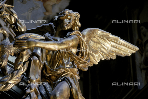 DAL-F-001468-0000 - Particolare dell'iconostasi lignea riccamente intagliata che separa la navata trasversa dal transetto nella Chiesa dell'Eremo di Camaldoli. L'immagine privilegia la figura di un angelo che sostiene una corona d'alloro - Data dello scatto: 1988 - Archivi Alinari, Firenze