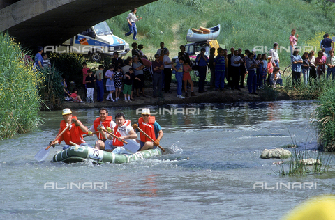 DAL-F-004456-0000 - View of the river Elsa on which a competition of canoes is taking place, on the bank of the river, a crowd of people observing the event. Castelfiorentino
