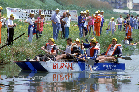 DAL-F-004532-0000 - Stretch of the Elsa river during a canoe race. On the banks of the river some people are watching the event. Castelfiorentino.