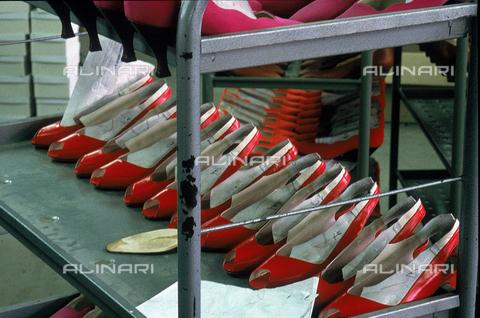 DAL-F-004735-0000 - Scaffale metallico, collocato all'interno di un calzaturificio, nel quale sono sistemati dei sandali rossi da donna. Montelupo Fiorentino. - Data dello scatto: 1992 - Archivi Alinari, Firenze