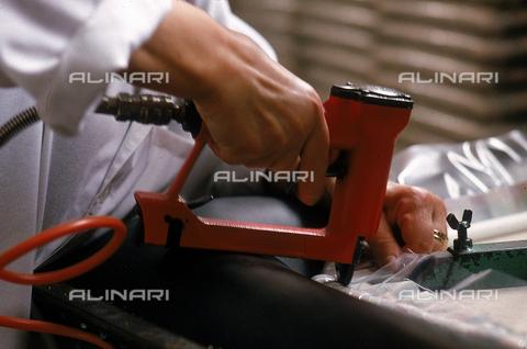 DAL-F-004780-0000 - Primo piano delle mani di un operaio che impugnano un trapano. La fotografia è stata scattata nella zona di Certaldo sud, Firenze. - Data dello scatto: 1992 - Archivi Alinari, Firenze