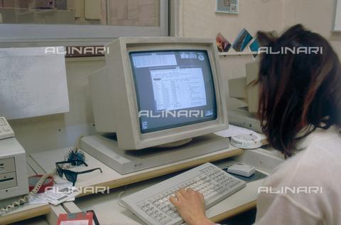 DAL-F-005320-0000 - Giovane donna al lavoro in un ufficio di Pisa - Data dello scatto: 1992-1993 - Archivi Alinari, Firenze