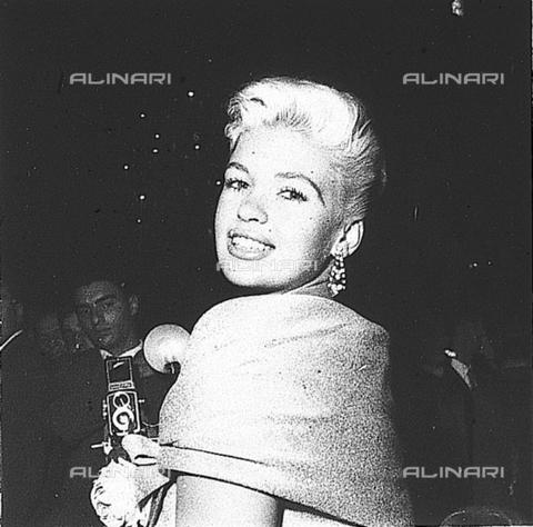 DAP-S-000464-0001 - L'attrice Jayne Mansfield sorride durante una conferenza stampa in un albergo - Data dello scatto: 25/10/1957 - Istituto Luce/Gestione Archivi Alinari, Firenze