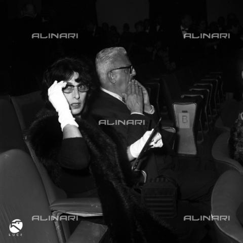 """DIL-S-000010-0026 - Sergio Amidei con Anna Magnani alla prima del film """"Il Giorno Più Lungo"""" - Data dello scatto: 1962 - Istituto Luce/Gestione Archivi Alinari, Firenze"""