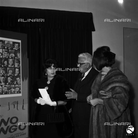 """DIL-S-000010-0027 - Sergio Amidei con Anna Magnani alla prima del film """"Il Giorno Più Lungo"""" - Data dello scatto: 1962 - Istituto Luce/Gestione Archivi Alinari, Firenze"""