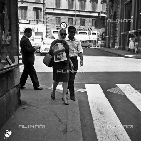 DIL-S-000052-0083 - Pier Paolo Pasolini e Laura Betti in una strada di Roma - Data dello scatto: 1960 ca. - Istituto Luce/Gestione Archivi Alinari, Firenze