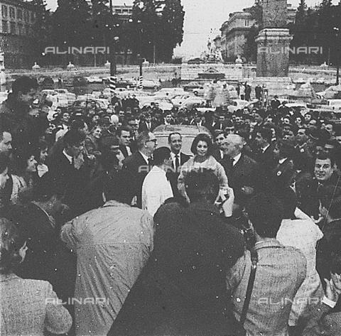 DIL-S-000178-0031 - Vittorio De Sica con Sophia Loren in piazza del Popolo per una donazione di sangue - Data dello scatto: 1960 ca. - Istituto Luce/Gestione Archivi Alinari, Firenze