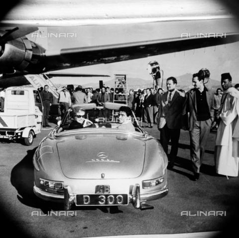 DIL-S-000198-0001 - Anita Ekberg con Walter Chiari in auto - Data dello scatto: 1959 - Istituto Luce/Gestione Archivi Alinari, Firenze
