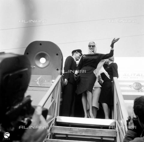 DIL-S-000198-0054 - Anita Ekberg scenda da un aereo - Data dello scatto: 1959 - Istituto Luce/Gestione Archivi Alinari, Firenze