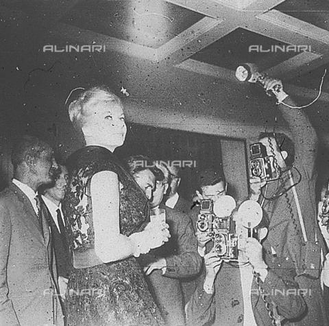 """DIL-S-000199-0001 - Anita Ekberg al cocktail per il film """"I Mongoli"""" - Data dello scatto: 1959 - Istituto Luce/Gestione Archivi Alinari, Firenze"""