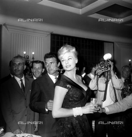 """DIL-S-000199-0009 - Anita Ekberg con F. Silva al cocktail per il film """"I Mongoli"""" - Data dello scatto: 1959 - Istituto Luce/Gestione Archivi Alinari, Firenze"""