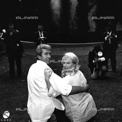 DIL-S-000199-0089 - Anita Ekberg con il marito Rik Van Nutter - Data dello scatto: 1960 ca. - Istituto Luce/Gestione Archivi Alinari, Firenze