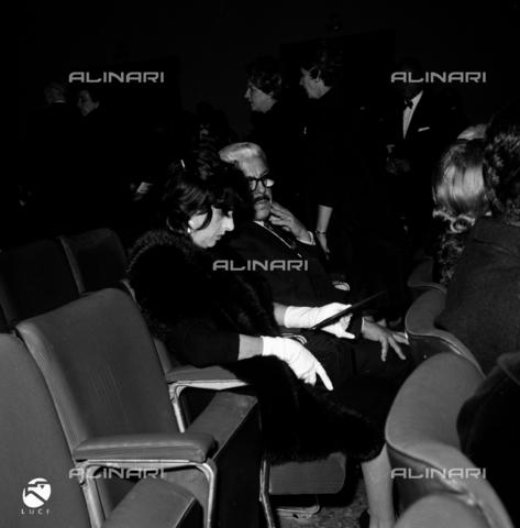 """DIL-S-000337-0016 - Sergio Amidei con Anna Magnani alla prima del film """"Il Giorno Più Lungo"""" - Data dello scatto: 1962 - Istituto Luce/Gestione Archivi Alinari, Firenze"""