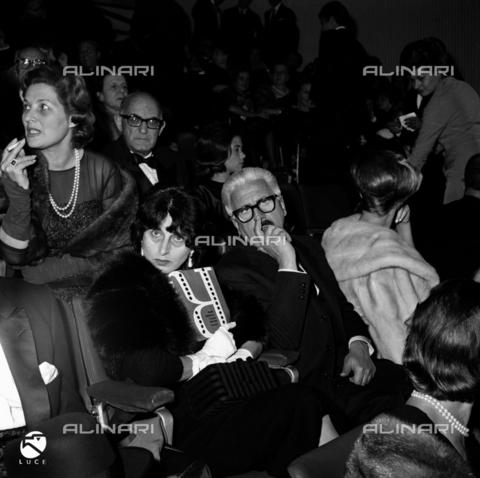 """DIL-S-000337-0017 - Sergio Amidei con Anna Magnani alla prima del film """"Il Giorno Più Lungo"""" - Data dello scatto: 1962 - Istituto Luce/Gestione Archivi Alinari, Firenze"""
