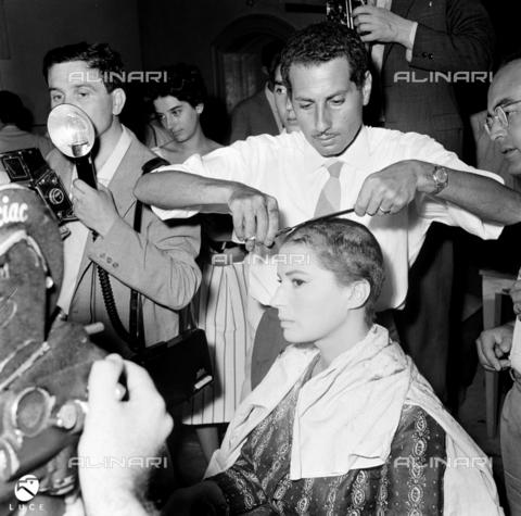 """DIL-S-000341-0037 - Silvana Mangano si taglia i capelli per il film """"Jovanka e le altre"""" - Data dello scatto: 21/07/1965 - Istituto Luce/Gestione Archivi Alinari, Firenze"""