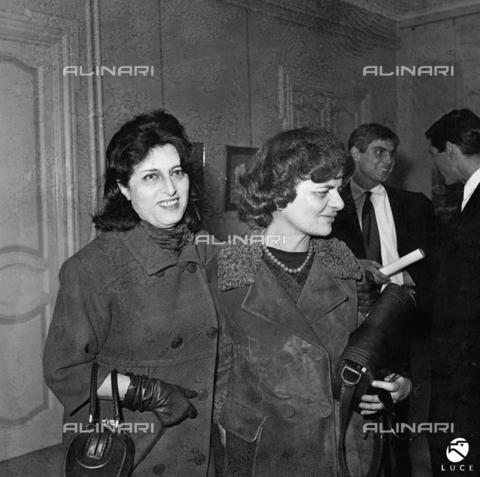 DIL-S-000387-0047 - Elsa Morante ed Anna Magnani ad una mostra di Gino Severini - Istituto Luce/Gestione Archivi Alinari, Firenze