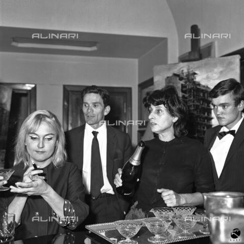 DIL-S-00052D-0084 - Pier Paolo Pasolini e Anna Magnani a un ricevimento - Data dello scatto: 1950-1960 - Istituto Luce/Gestione Archivi Alinari, Firenze
