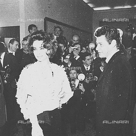 DIL-S-000534-0021 - Elizabeth Taylor con il marito alla consegna del David di Donatello - Data dello scatto: 1960 ca. - Istituto Luce/Gestione Archivi Alinari, Firenze