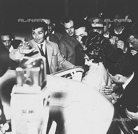 DIL-S-000534-0040 - Elizabeth Taylor al Teatro Eliseo per un concerto di Frank Sinatra - Data dello scatto: 1960 ca. - Istituto Luce/Gestione Archivi Alinari, Firenze