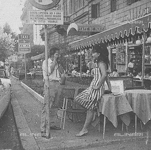 DIL-S-00093D-0008 - Una ragazza posa per una fotografia in via Veneto - Data dello scatto: 1960 ca. - Istituto Luce/Gestione Archivi Alinari, Firenze