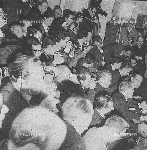 DIL-S-00096D-0013 - Fotoreporters alla conferenza stampa di De Laurentiis e Soraya - Data dello scatto: 1960 ca. - Istituto Luce/Gestione Archivi Alinari, Firenze
