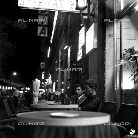 DIL-S-00096D-0020 - Paparazzi in attesa in Via Veneto - Data dello scatto: 1960 ca. - Istituto Luce/Gestione Archivi Alinari, Firenze