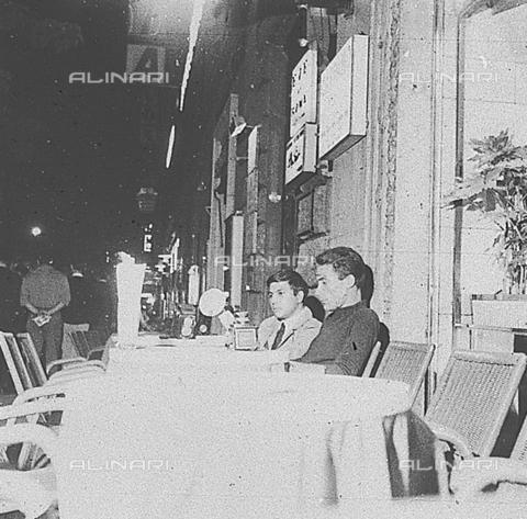 DIL-S-00096D-0021 - Paparazzi in attesa in Via Veneto - Data dello scatto: 1960 ca. - Istituto Luce/Gestione Archivi Alinari, Firenze