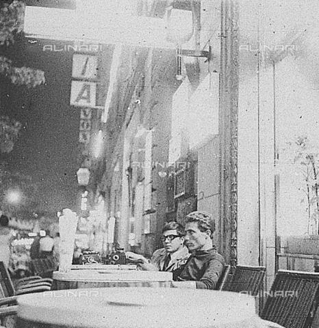 DIL-S-00096D-0022 - Paparazzi in attesa in Via Veneto - Data dello scatto: 1960 ca. - Istituto Luce/Gestione Archivi Alinari, Firenze