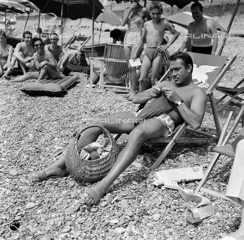 DIL-S-00540D-0071 - Ugo Tognazzi in spiaggia in occasione del Festival dell'umorismo di Bordighera - Data dello scatto: 1959 ca. - Istituto Luce/Gestione Archivi Alinari, Firenze