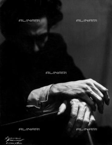 """DPA-F-000499-0000 - """"Manos de Artista"""". Le mani di un giovane uomo in penombra, investite dalla luce. - Data dello scatto: 1940 ca. - Archivi Alinari, Firenze"""