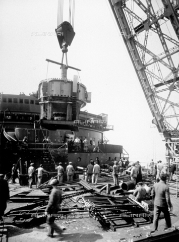 DPD-F-000016-0000 - View of the ship 'C. di Savoia' during its construction. On the bridge there are numerous workmen - Data dello scatto: 1929- 1930 - Archivi Alinari, Firenze